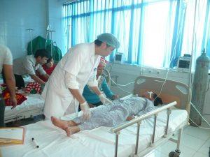 bác sĩ chăm sóc bệnh nhân sau khi mổ.jpg