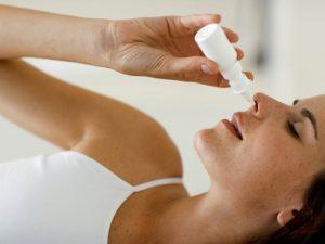 lạm dụng thuốc nhỏ mũi có thể gây chảy máu mũi.jpg