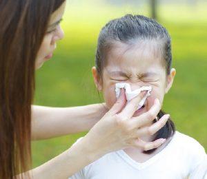 rửa mũi cho bé để làm thông đường thở.jpg