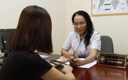 Bác sĩ Lê Phương khám và tư vấn cho bệnh nhân