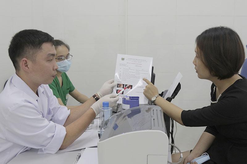 Chị Hoàng Thị Thu trong ngày tái khám ở bệnh viện Tai Mũi Họng Quân dân 102