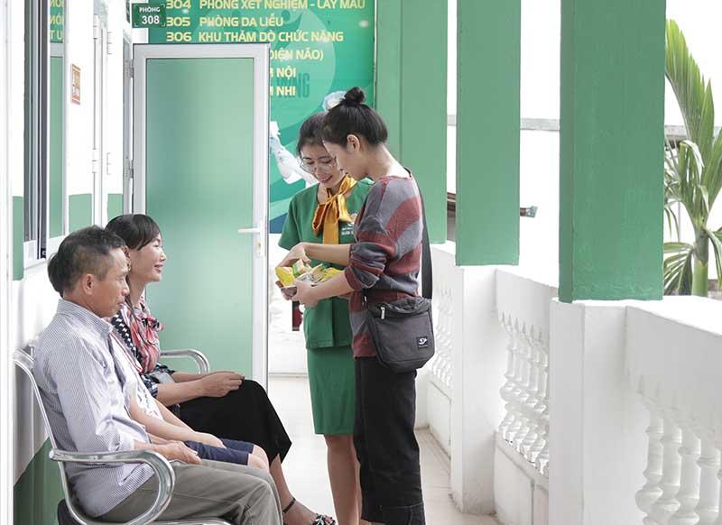 Cô Thu trong buổi tái khám tại bệnh viện Tai Mũi Họng Quân dân 102