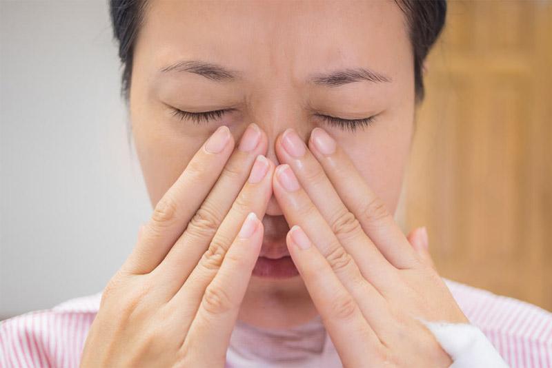 Đau nhức đầu, trán và gốc mũi là triệu chứng phổ biến ở người bệnh viêm xoang