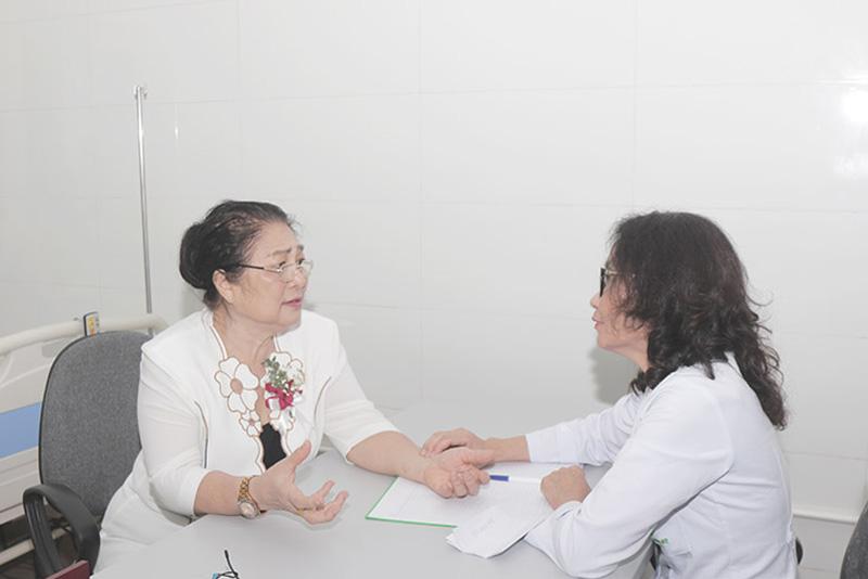 Nghệ sĩ Kim Xuyến điều trị viêm xoang tại TMH Quân dân 102